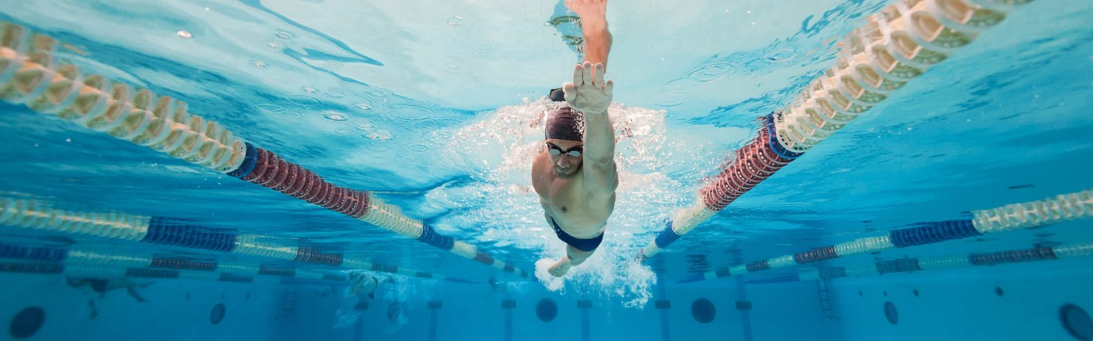 плавец в бассейне