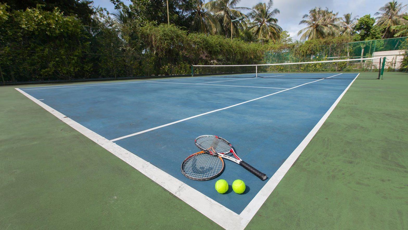 ракетки на тенисном корте