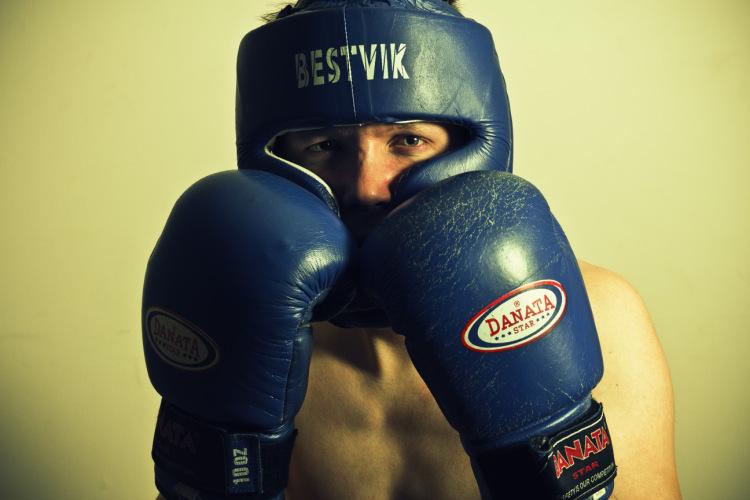 боксер стоит в защитной стойке