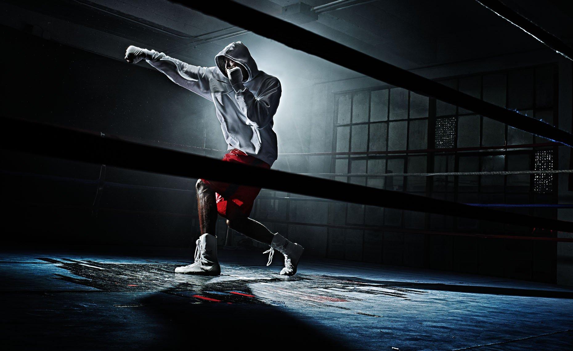 спортсмен тренируется в зале и занимается преднамеренной практикой