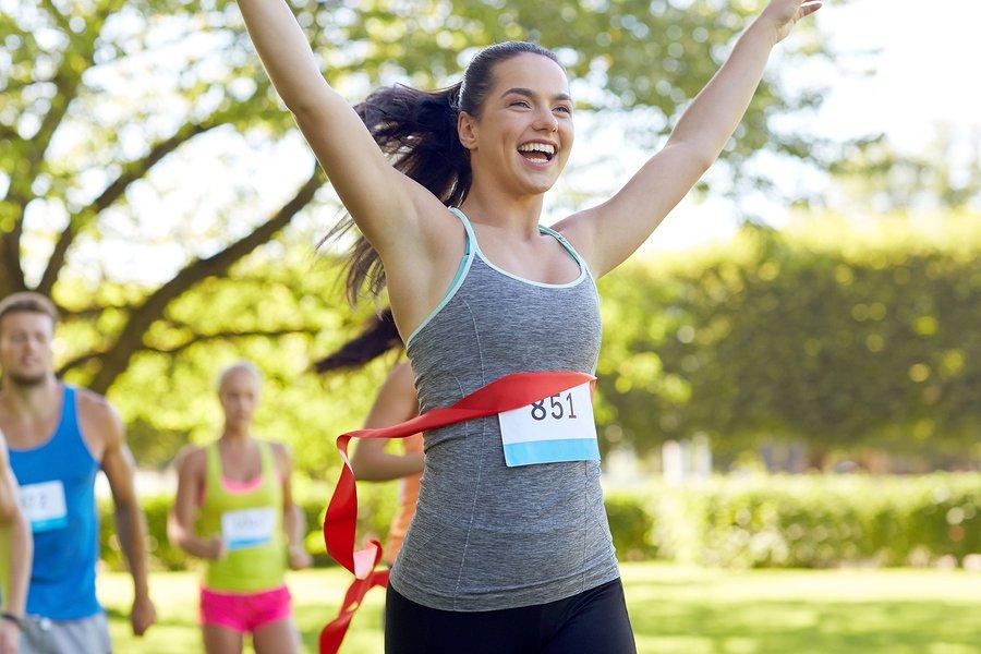 спортсменка побеждает в марафоне