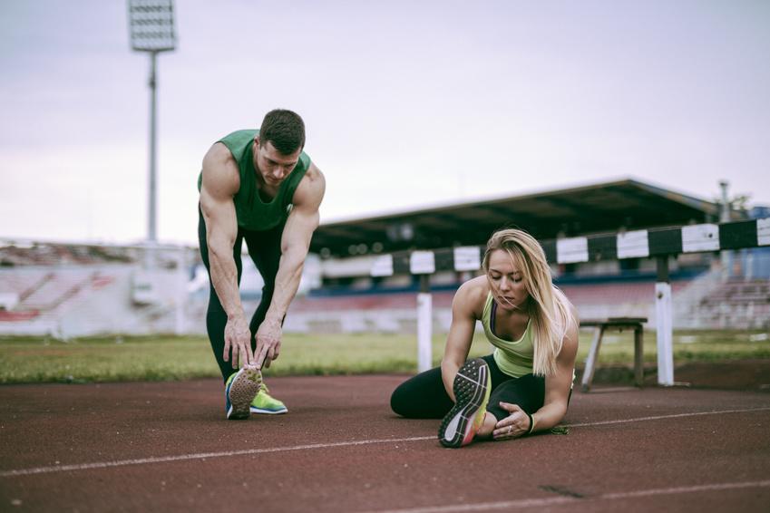 Спортсмены разминаются, чтобы начать тренировку