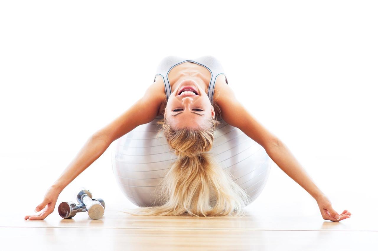 позитивный настрой девушки помогает тренироваться эффективно