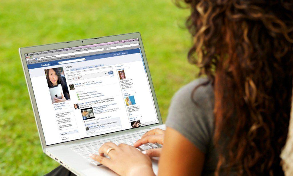 Девушка сидит в социальных сетях