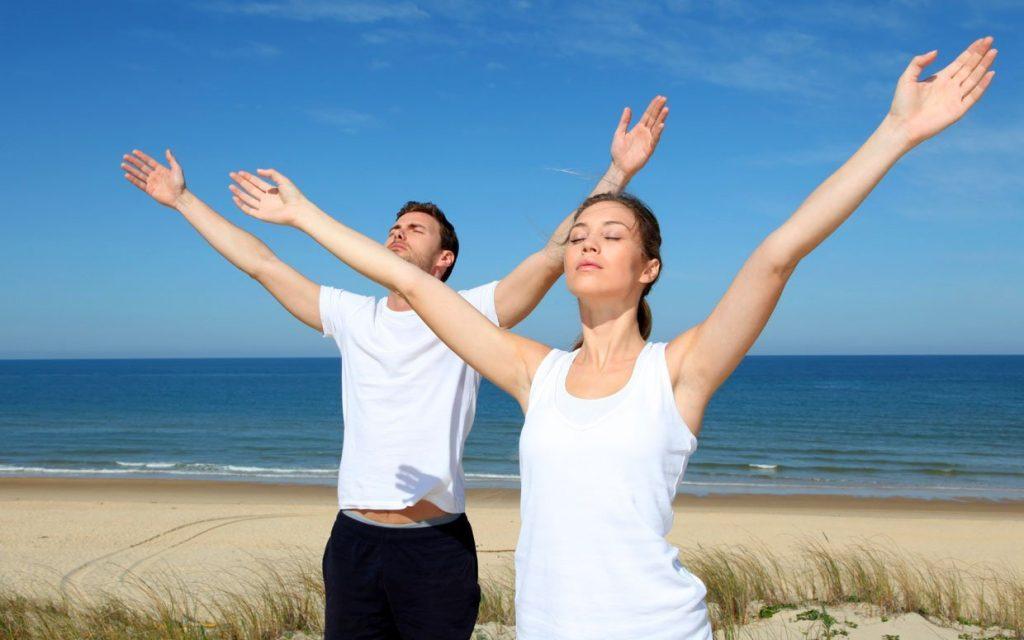 Мужчина и женщина делают дыхательное упражнение