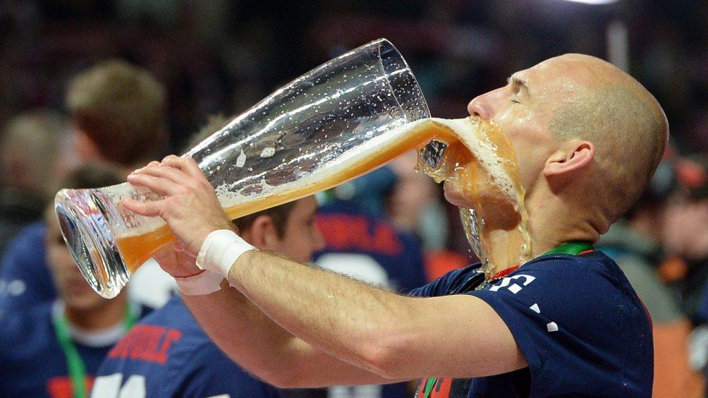 спортсмен пьет алкоголь после соревнований