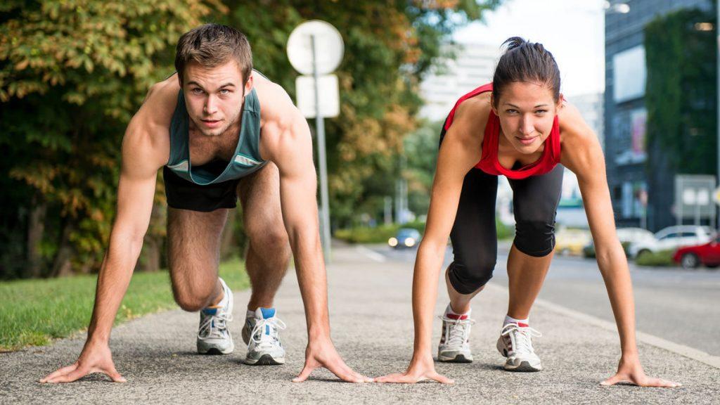 спортсмены стоят на старте и готовы к спринтерскому забегу