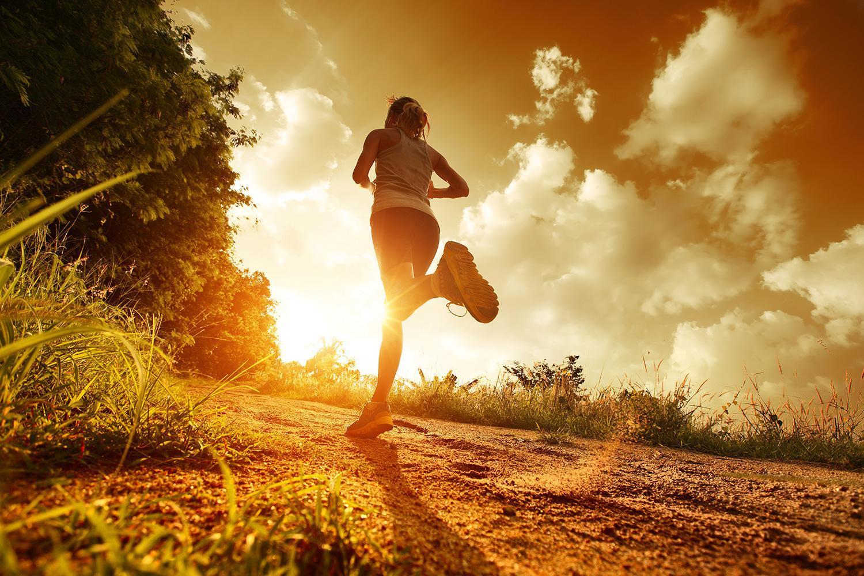 Спортсменка бежит в сторону рассвета