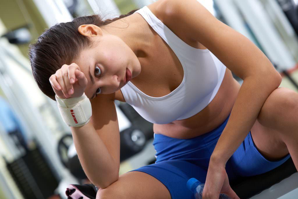 Девушка испытывает стресс после тренировки