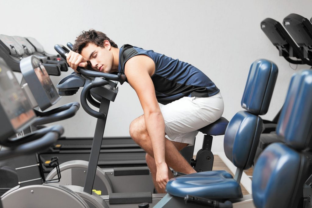 спортсмен устал и уснул на велотренажере