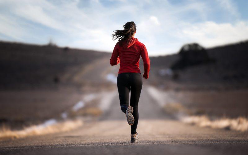 девушка не хочет пропустить тренировку по ходьбе
