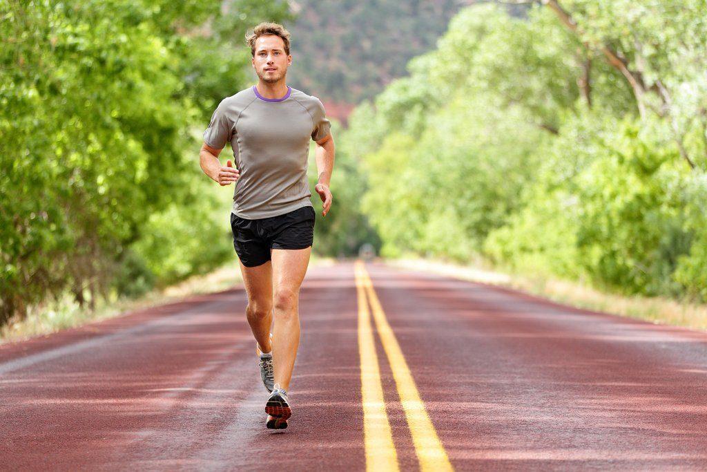 бег в жаркую погоду подразумевает комфортную одежду, в которой будет дышать ваша кожа