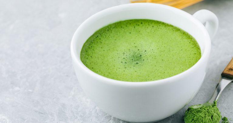 рецепты детокс воды - вкусная освежающая вода с чаем матча, мятой и кориандром