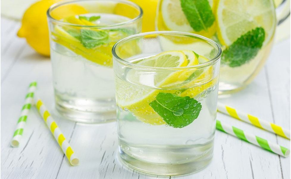 рецепты детокс воды - вкусная освежающая вода с крапивой и мятой