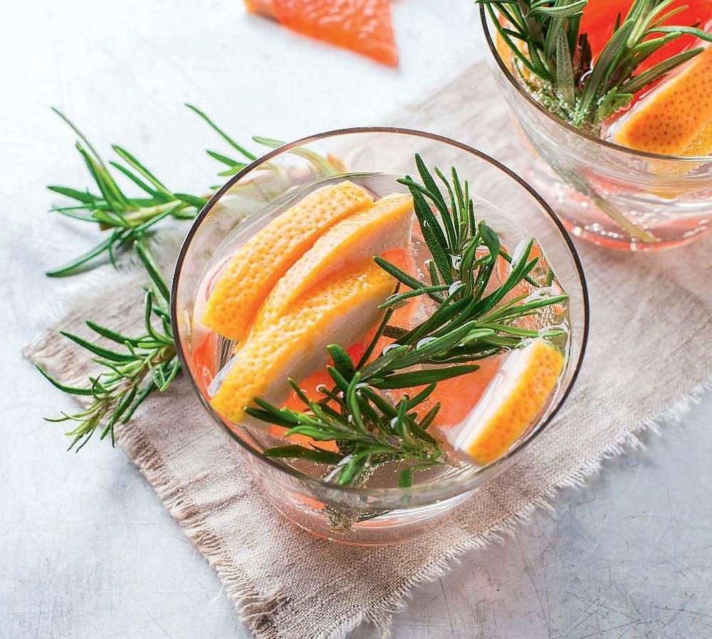 рецепты детокс воды - вкусная освежающая вода с грейпфрутом и розмарином